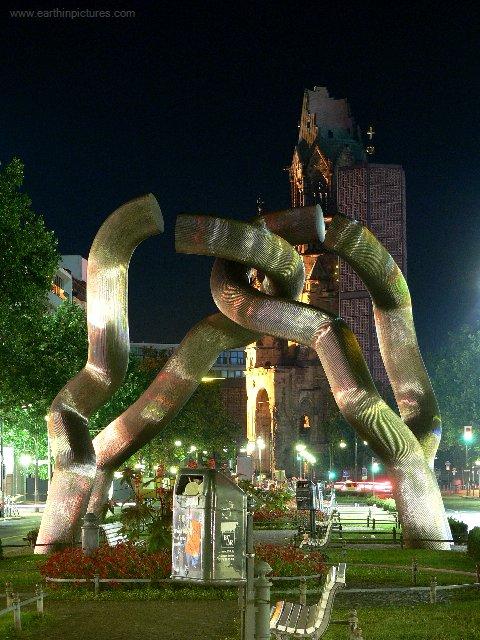 Berlínska socha v noci ( 480x640 )