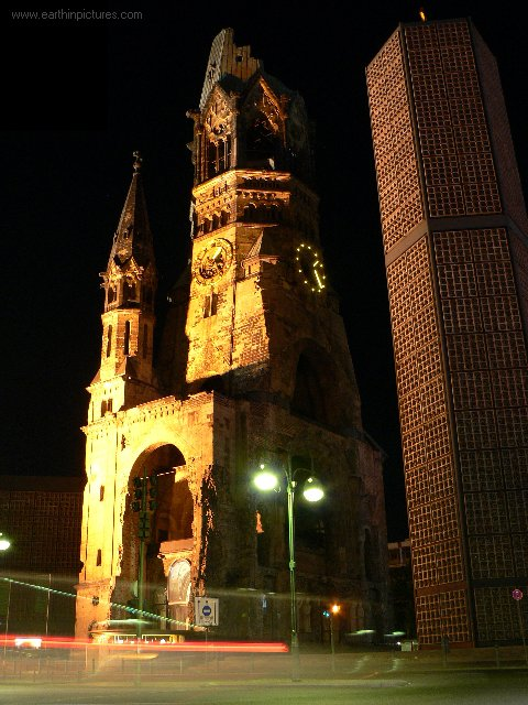Památný kostel císaře Wilhelma v noci ( 480x640 )