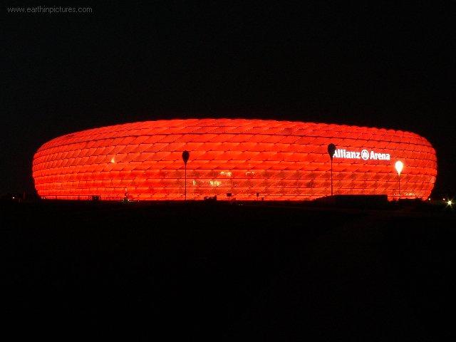 Allianz aréna v noci (červená) ( 640x480 )
