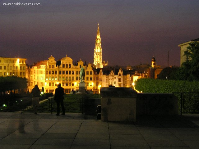 ������ ������ ���� brussel's_city_centre_and_tower_of_the_city_hall_at_night.jpg