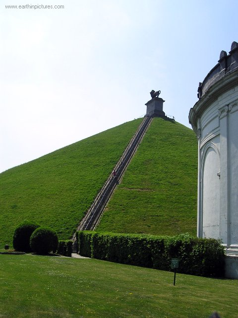 Lion's Mound and the steps to the top ( 480x640 )