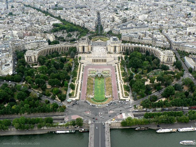 Trocadéro gardens and the Palais de Chaillot ( 640x480 )