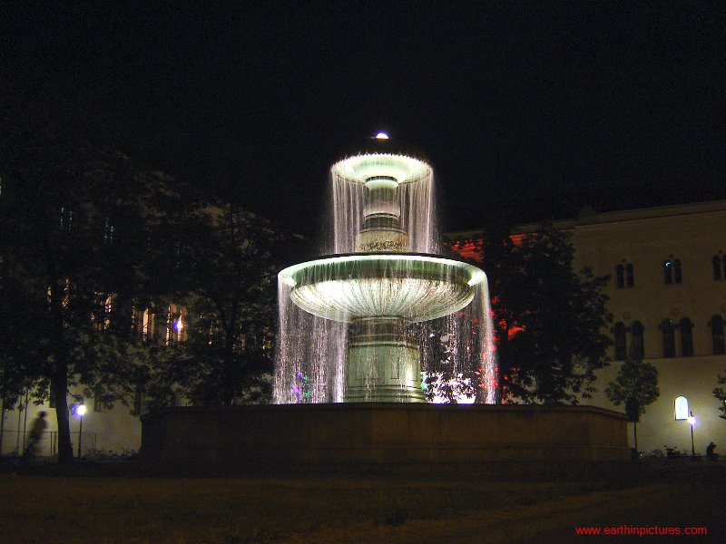 Fountain On Geschwister-Scholl-Platz (Brothers And Sisters Square) At Night ( 800x600 )