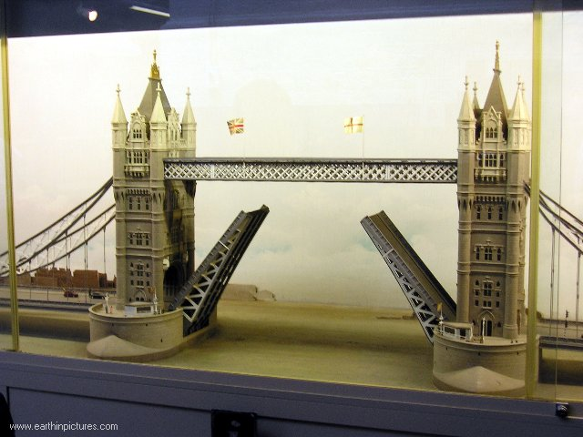 Opening of the Tower Bridge (model), Tower Bridge Museum ( 640x480 )