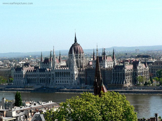 http://www.earthinpictures.com/world/hungary/budapest/hungarian_parliament_building.jpg