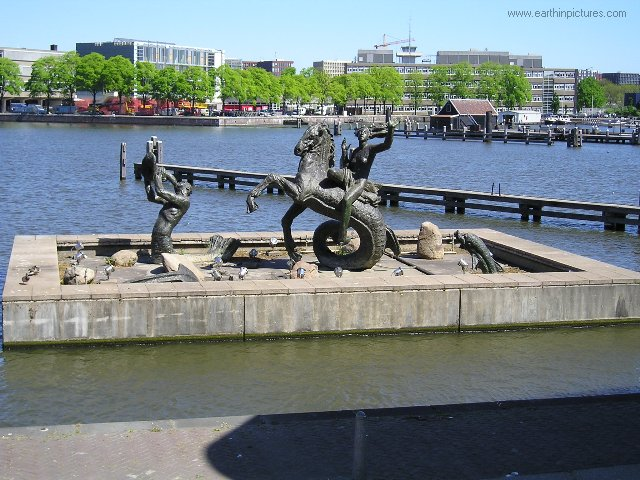 Statue close to the Maritime Museum ( 640x480 )