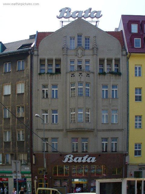 سلوفاكيا ........مدينه Bratislava baťa's_building_on_the_snp_square.jpg