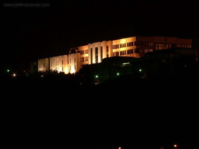 سلوفاكيا ........مدينه Bratislava building_of_slovak_parliament_at_night.jpg