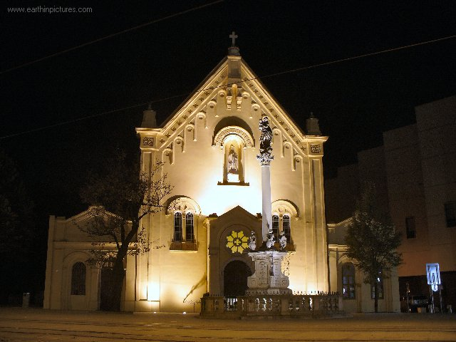 سلوفاكيا ........مدينه Bratislava capuchins_-_st._stephan's_church_at_night.jpg