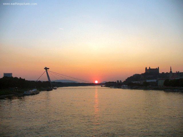 سلوفاكيا ........مدينه Bratislava danube_river_in_bratislava_at_sunset.jpg