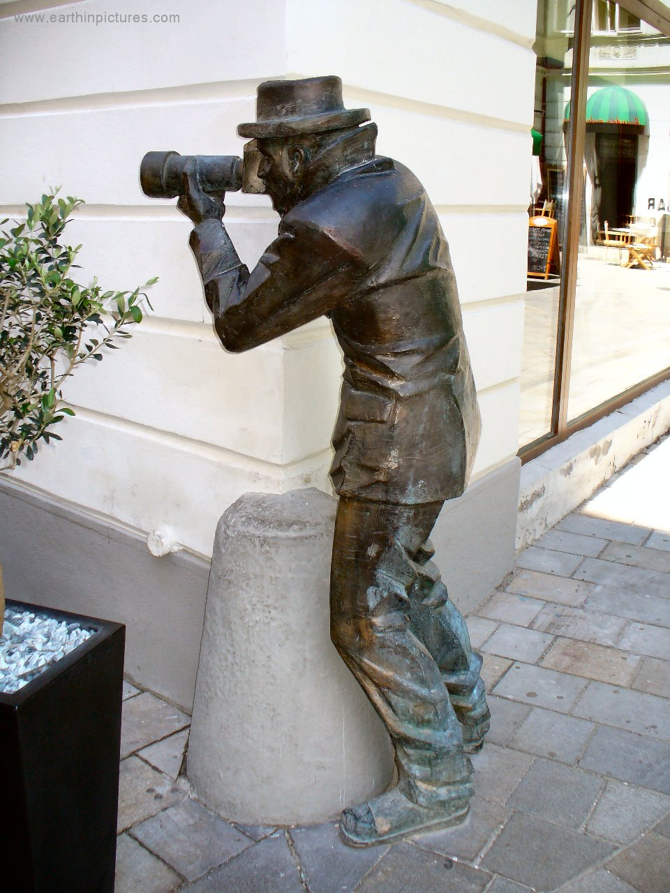 Paparazi Statue in profile ( 960x1280 )
