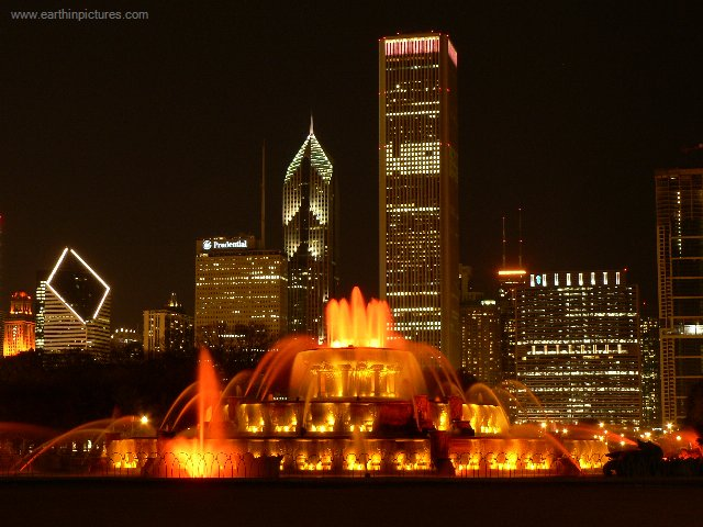 REGIÕES & MAPAS Buckingham_memorial_fountain_and_chicago_downtown_at_night